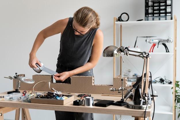 Jonge vrouw aan het werk in haar atelier voor een creatieve uitvinding