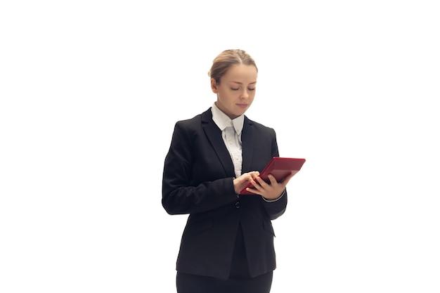 Jonge vrouw accountant boeker in kantoor pak geïsoleerd op witte studio background