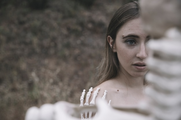 Jonge vrouw achter botten