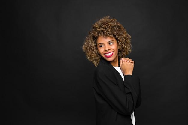 Jonge vrouw afrikaanse amerikaan op vlakke muur