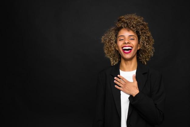 Jonge vrouw afrikaanse amerikaan tegen vlakke muur