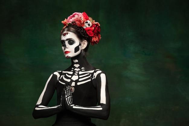 Jonge vrouw als santa muerte saint dood