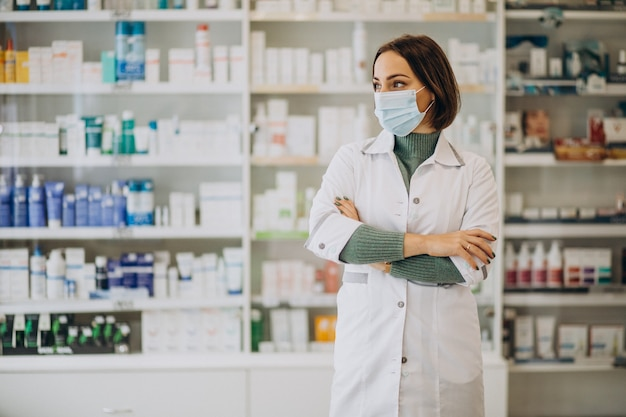 Jonge vrouw apotheker bij apotheek