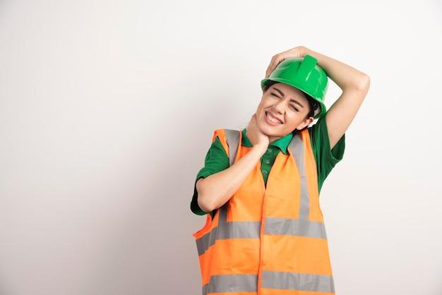 Jonge vrouw architect in uniform en helm. hoge kwaliteit foto