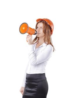 Jonge vrouw architect met oranje helm zegt in megafoon. geïsoleerd op wit