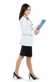 Jonge vrouw arts in de holdingsklembord van de laboratoriumlaag