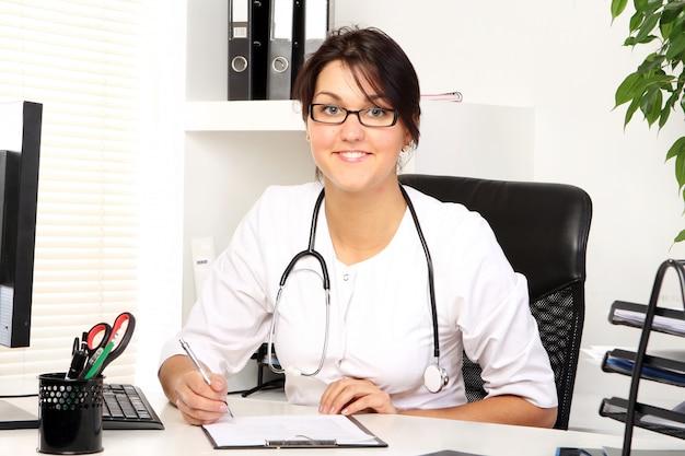Jonge vrouw arts in haar kantoor