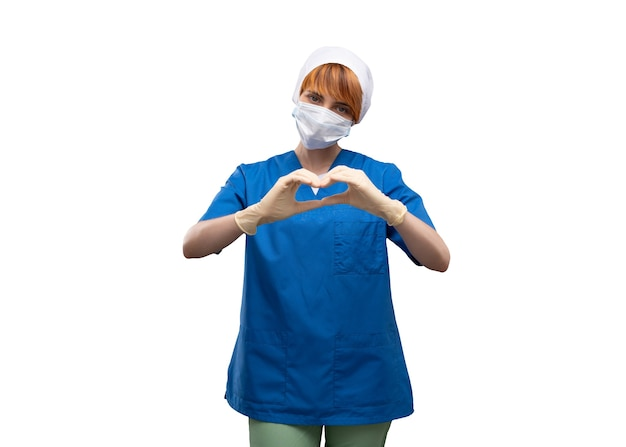 Jonge vrouw arts met een medisch masker op haar gezicht en gebaar in vorm van hart tonen