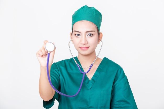 Jonge vrouw arts met stethoscoop op witte achtergrond.
