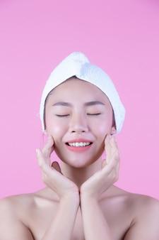 Jonge vrouw azië met de schone verse aanraking van de huidaanraking, expressieve gelaatsuitdrukkingen, de kosmetiek en de kuuroord.