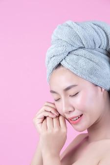 Jonge vrouw azië met schone huid raakt eigen gezicht