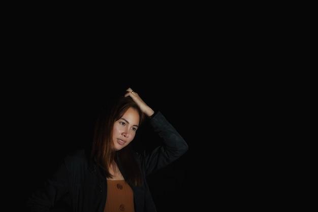 Jonge vrouw azië mode portret van jonge brunette met licht