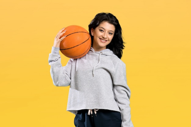 Jonge vrouw basketbal spelen