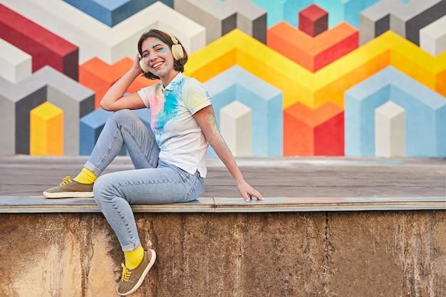 Jonge vrouw bedekt met verf glimlachen
