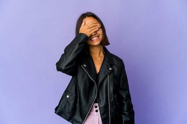 Jonge vrouw bedekt ogen met handen, brede glimlach wachtend op een verrassing