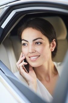 Jonge vrouw bellen vanuit taxi