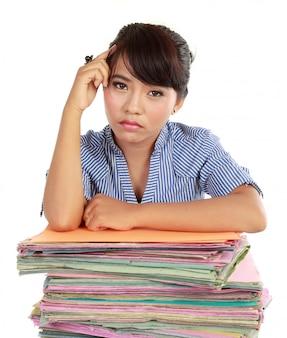 Jonge vrouw benadrukt op het werk