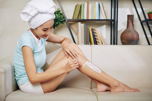 Jonge vrouw benen scheren