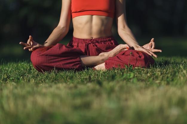 Jonge vrouw beoefenen van yoga buitenshuis