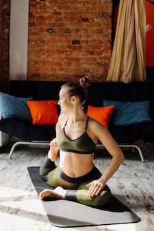 Jonge vrouw beoefenen van yoga en vlieg yoga concept