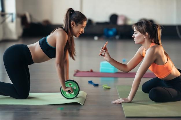 Jonge vrouw beoefenen van yoga is betrokken bij de leraar online