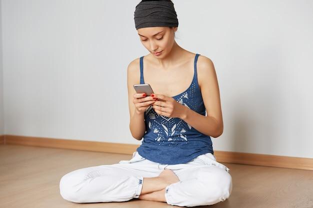 Jonge vrouw bestellen van voedselbezorging online met behulp van elektronisch apparaat