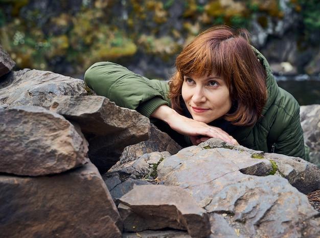 Jonge vrouw bewondert de noordelijke natuur.