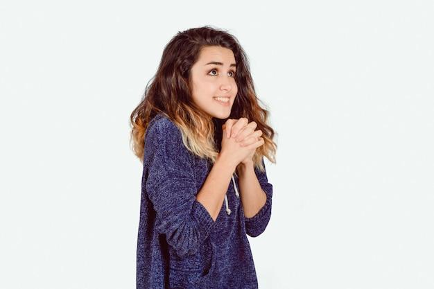 Jonge vrouw bidden.