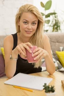 Jonge vrouw bij de koffiewinkel