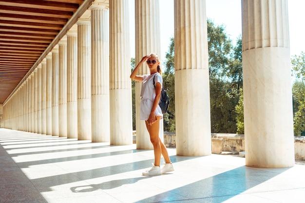 Jonge vrouw bij de oude griekse ruïnes