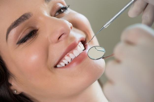 Jonge vrouw bij de tandarts