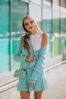 Jonge vrouw bij het winkelcentrum