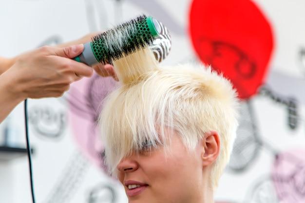 Jonge vrouw bij kapper