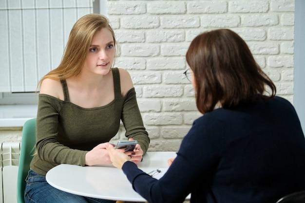 Jonge vrouw bij overleg met gespecialiseerde psycholoog