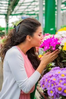 Jonge vrouw bloemen kopen