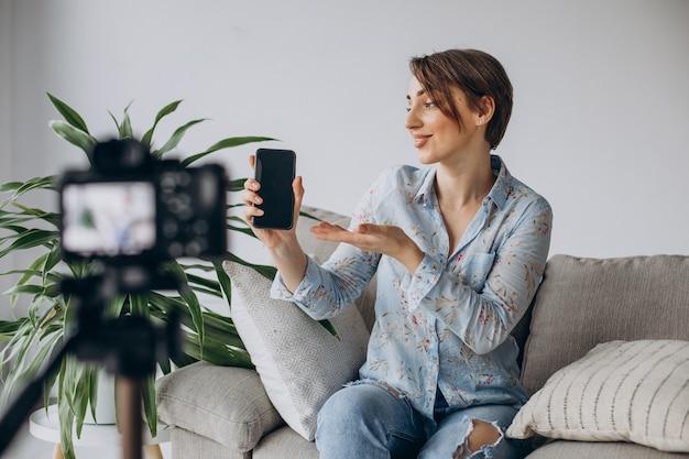 Jonge vrouw blogger video opnemen op camera