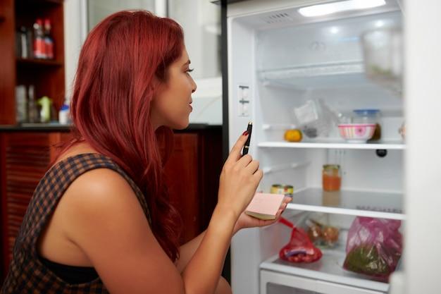 Jonge vrouw boodschappenlijstje maken