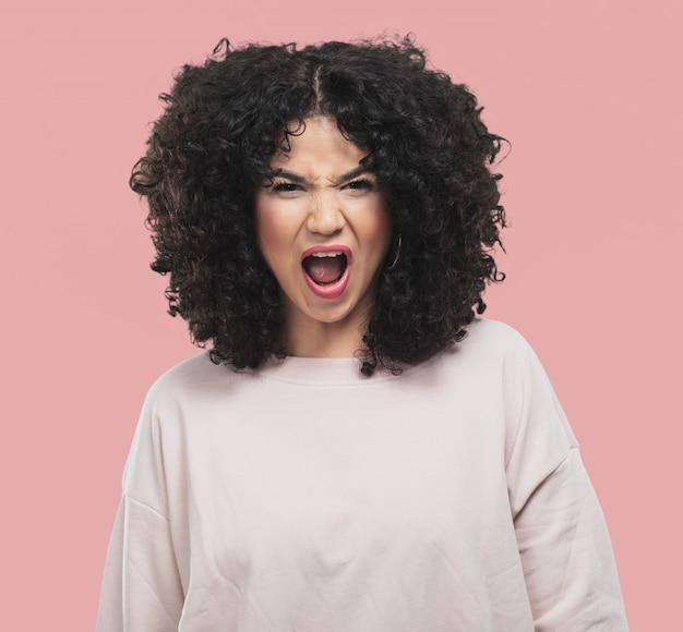 Jonge vrouw boos en schreeuwen