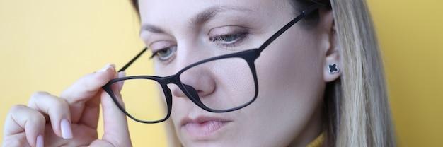 Jonge vrouw bril voor visie te zetten