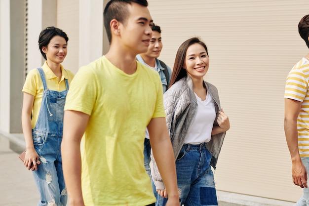 Jonge vrouw buiten lopen