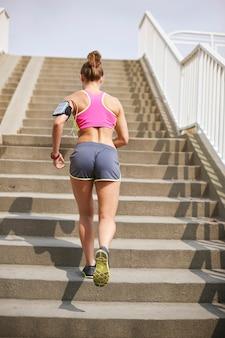 Jonge vrouw buiten uitoefenen. goed weer om te beginnen met joggen