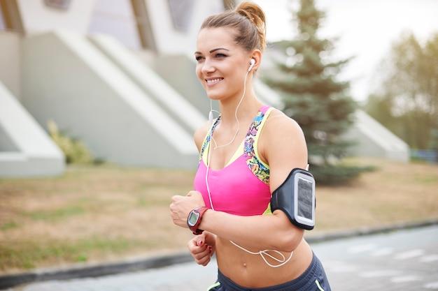Jonge vrouw buiten uitoefenen. joggen maakt mijn humeur altijd beter