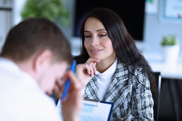Jonge vrouw, chef betreurt schuldige werknemersman