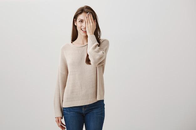 Jonge vrouw controleren zicht, bedriegt de helft van het gezicht en glimlachen. voor en na concept