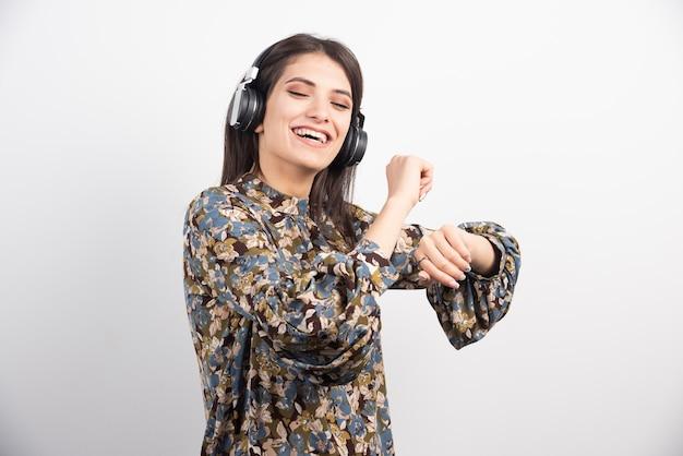 Jonge vrouw dansen en luisteren muziek in hoofdtelefoons.