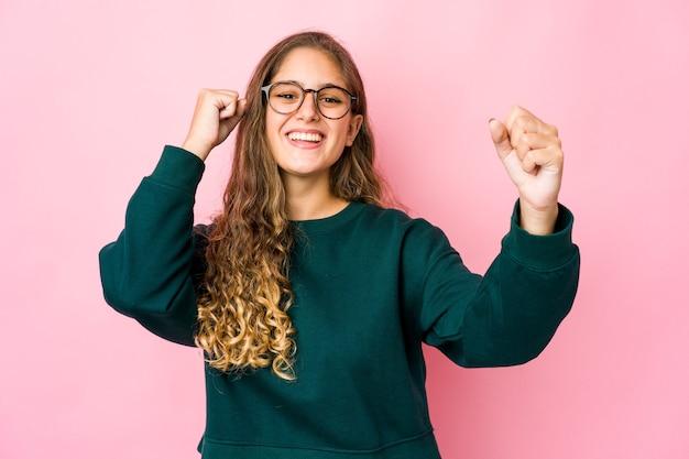 Jonge vrouw dansen en plezier maken