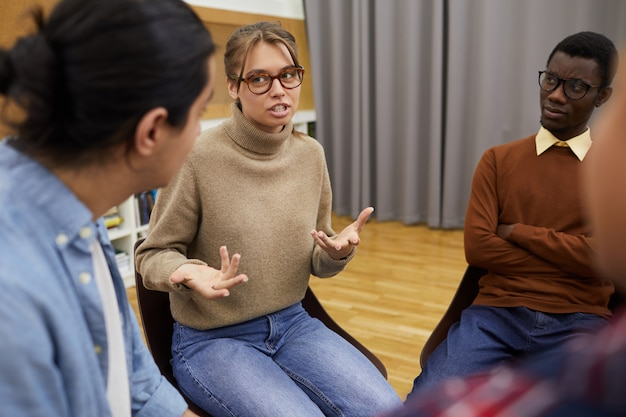 Jonge vrouw delen in steungroep