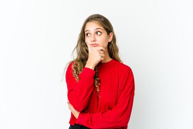 Jonge vrouw denken en kijken, reflecterend zijn, overweegt, een fantasie hebben