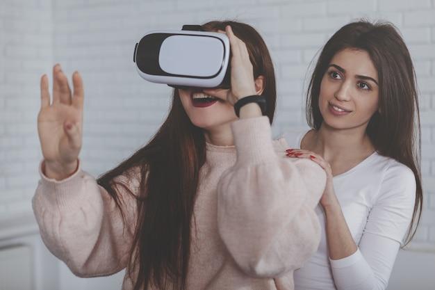 Jonge vrouw die 3d virtuele werkelijkheidsglazen draagt