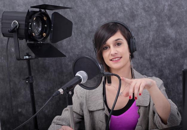 Jonge vrouw die aan de radio werkt